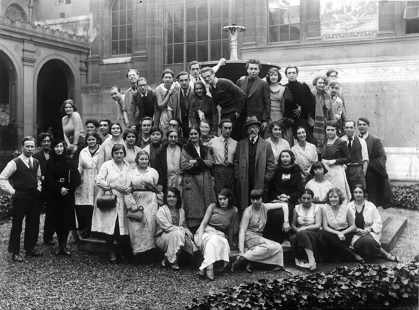 Lucien Simon avec ses élèves dans le jardin de l'école des Beaux-Arts