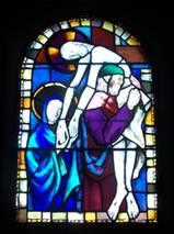 La descente de croix Réalisé par le maître verrier Michel Duraud. Les vitraux sont posés en 1977